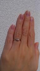 【宝石の和~JEWEL de KAZU~の口コミ】 シンプルな婚約指輪が良かったので、ダイヤが三つキラキラと輝くこの指輪…
