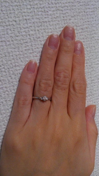 【HOSHI no SUNA 星の砂(ほしのすな)の口コミ】 シンプルな婚約指輪が良かったので、ダイヤが三つキラキラと輝くこの指輪は…
