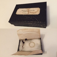 【YOSHIKO CHONAN(ヨシコチョウナン)の口コミ】 三つ編みにしたゴールドに白のエナメルを吹きかけて加工された、他の人と被…