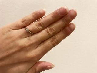 【ティファニー(Tiffany & Co.)の口コミ】 上から他のリングをつけても相性が良く、 結婚指輪と重ねづけしても問題が…