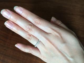 【ティファニー(Tiffany & Co.)の口コミ】 ダイヤが7粒のハーフエタニティタイプなので、ボーダーなどのカジュアルな…