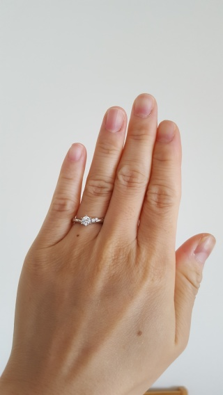 【4℃(ヨンドシー)の口コミ】 手が小さく指も短めなので、色々と試着したのですが、この指輪が馴染んだの…