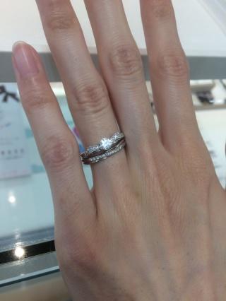 【DEAREST(ディアレスト)の口コミ】 婚約指輪はリボンの形がとても可愛いです。一つダイヤのものと迷ったが形が…