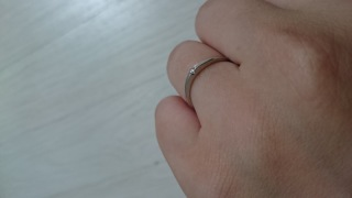 【ジュエリーツツミ(JEWELRY TSUTSUMI)の口コミ】 目立たない一粒ダイヤのデザインが普段使いに適してます。  指の形にもフ…