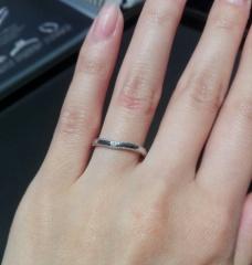 【エクセルコダイヤモンド(EXELCO DIAMOND)の口コミ】 繊細なミル打ち加工と、中心部にあしらわれているダイヤモンドの輝きに一目…