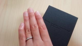 【ラザール ダイヤモンド(LAZARE DIAMOND)の口コミ】 ウェーブが入っており、指がきれいに見えるところが一番気に入りました。 …