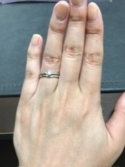 【俄(にわか)の口コミ】 セットリングということもあり、つけたときの2つのリングの重なり方やデザ…