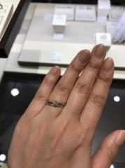 【俄(にわか)の口コミ】 エンゲージは真ん中にダイヤがある一粒タイプのものです。シンプルですが女…