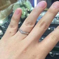 【Gem Castle YUKIZAKI(ジェムキャッスルユキザキ)の口コミ】 シンプルで少しダイヤが入っているような指輪を探していました。 私の希望…