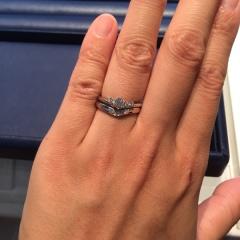 【銀座ダイヤモンドシライシの口コミ】 指が長く見えるデザインのVラインで、メレダイヤがアシンメトリーになって…