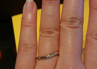 【ケイウノ ブライダル(K.UNO BRIDAL)の口コミ】 この指輪は中央にゴールドのラインが入っていますが、ホームページなどの写…