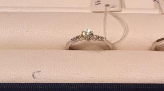 【ヴァンドーム青山(Vendome Aoyama)の口コミ】 連なったダイヤモンドがとても綺麗なリングです。 中央のダイヤモンドに向…