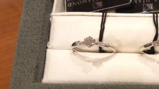【ラザール ダイヤモンド【取扱店販売】の口コミ】 中央のダイヤモンドに向かって、アームとメレダイヤがシェイプしているので…