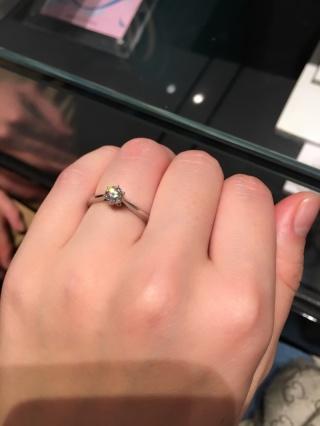 【銀座ダイヤモンドシライシの口コミ】 王道の婚約指輪と言った感じのデザインですが、細部にまでこだわったとても…