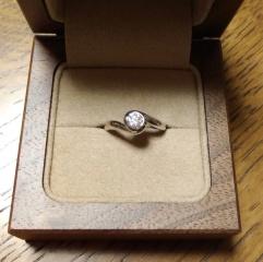 【入倉康ジュエリー工房の口コミ】  彼女からの要望で、ダイヤモンドに爪があると服を脱ぎ着する際に引っかか…