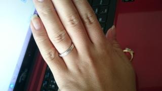 【ティファニー(Tiffany & Co.)の口コミ】 色んな指輪にも重ねてはめても相性がいい事。 また重ねてつけなくてもデザ…