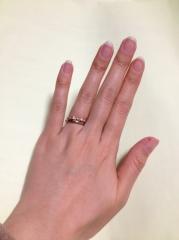 【4℃(ヨンドシー)の口コミ】 縁がピンクゴールドなので、存在感があります。 パッと見、普通の結婚指輪…