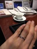 【JEWELRY  KAMATA(ジュエリーかまた)の口コミ】 婚約指輪と重ね付けした時のフィット感を重視して探していました。真ん中が…