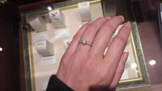 【ケイウノ ブライダル(K.UNO BRIDAL)の口コミ】 クラシカルな雰囲気が好きで、こちらを試着させてもらいました。 ダイヤが…