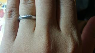 【THE KISS Anniversary(ザ・キッス アニヴァーサリー)の口コミ】 シンプルなデザインの指輪がほしいと思っていたので、こちらの商品に決めま…