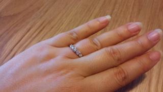 【モニッケンダム(MONNICKENDAM)の口コミ】 大きさが少しずつ異なる5つのダイヤモンドが並んでいる ゴージャスであり…