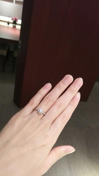 【ギンザタナカブライダル(GINZA TANAKA BRIDAL)の口コミ】 いわゆる立て爪の一粒ダイヤの婚約指輪を試着してみたものの、大きめの手で…