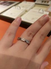 【俄(にわか)の口コミ】 人とあまり被らない個性的なデザインを求めてこの指輪にたどり着きました。…