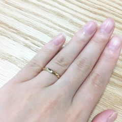 【Cafe Ring(カフェリング)の口コミ】 ゴールドで細身のリングを探しており、ネットで見つけて一目惚れしました。…