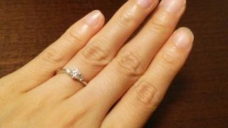 【ラザール ダイヤモンド(LAZARE DIAMOND)の口コミ】 Dグレードのダイヤモンドの両サイドに主張しすぎない程度の小さなダイヤモ…