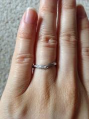 【4℃(ヨンドシー)の口コミ】 指が長く見えるV字で、ダイヤが入っているのを探していたところ、ぴったり…