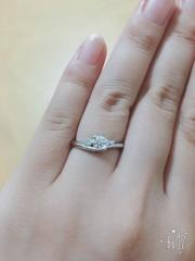 【Foulason(フレゾン)の口コミ】 結婚指輪と婚約指輪を重ねづけできるデザインのものを探していて、試着し…