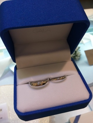 【ガラOKACHIMACHIの口コミ】 婚約指輪が有名ブランドのものだったため、初めは結婚指輪も同じブランド…