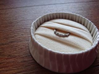 【agete(アガット)の口コミ】 デザインが良かったです。婚約指輪というと一粒ダイヤのようなデザインが…