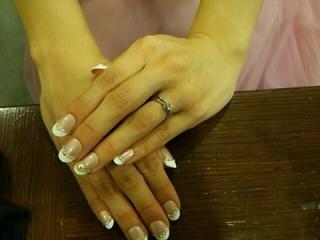【銀座ダイヤモンドシライシの口コミ】 決め手は斜めに入ったダイヤのデザインです。派手でなくシンプルなデザイ…