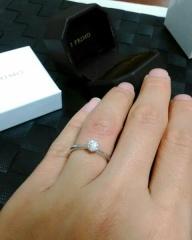 【アイプリモ(I-PRIMO)の口コミ】 王道のデザインで、結婚指輪との重ねづけもしやすいと思ったため。石のきら…