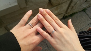 【銀座ダイヤモンドシライシの口コミ】 婚約指輪はプロポーズの時にもらっていて、とてもシンプルで気に入ってい…