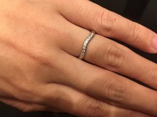 【ティファニー(Tiffany & Co.)の口コミ】 細身で緩やかなカーブが非常にスタイリッシュな印象、かつダイヤも主張し…