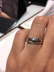 【AMOUR AMULET(アムール・アミュレット)の口コミ】 メレダイヤの入っている婚約指輪を探していました。 当初は、Vラインもし…