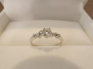 【HOSHI no SUNA 星の砂(ほしのすな)の口コミ】 たくさん試着した中でこの指輪にビビッときました!! メレダイヤが流れる…