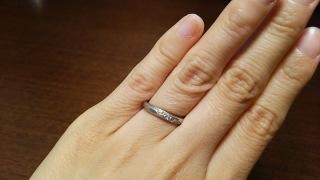 【ラザール ダイヤモンド(LAZARE DIAMOND)の口コミ】 婚約指輪と重ねてつけられるものがいいと思い、婚約指輪と同じメーカーのも…
