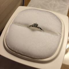 【俄(にわか)の口コミ】 メインのダイヤモンドの横に小粒のダイヤモンドが寄り添ったデザインが気に…