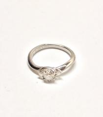 【エクセルコダイヤモンド(EXELCO DIAMOND)の口コミ】 彼がサプライズで選んでくれました。 左右のダイヤモンドが中心のダイヤモ…