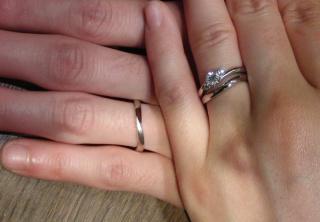 【アトリエミラネーゼの口コミ】 微妙にウェーブしたデザインが試着してぴったりだったのでこちらの結婚指…