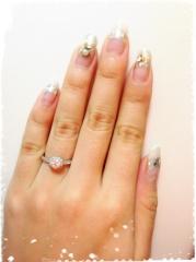 【銀座ダイヤモンドシライシの口コミ】 華やかなデザインに一目ぼれしました。中心のダイヤを細かいダイヤが一周…
