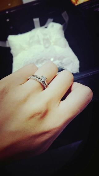 【エクセルコダイヤモンド(EXELCO DIAMOND)の口コミ】 ダイヤモンドの美しさに感動しました。 デザインは一見とてもシンプルです…