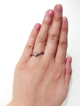 【ラザール ダイヤモンド【取扱店販売】の口コミ】 なかなかないこのアシンメトリーなデザインに一目惚れしました!3石のタイ…