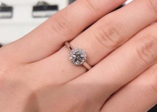 【ラザール ダイヤモンド(LAZARE DIAMOND)の口コミ】 デザインとダイヤモンドどちらにもこだわりがあり色々見て回った結果、こち…