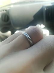 【Something Blue(サムシングブルー)の口コミ】 普通の指輪には無い斬新なデザインに惹かれ購入しました。具体的にはつや消…