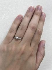【アンジェリックフォセッテ(Angelique Fossette)の口コミ】 S字で細く、ダイヤモンドが美しく見えるデザインのリングを探していて、試…