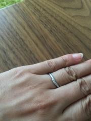 【アイプリモ(I-PRIMO)の口コミ】 婚約指輪と重ねて付けても不自然にならないデザインがいいと思っていたので…